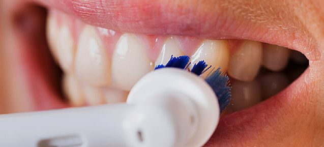 Cómo cepillarse los dientes con el cepillo eléctrico